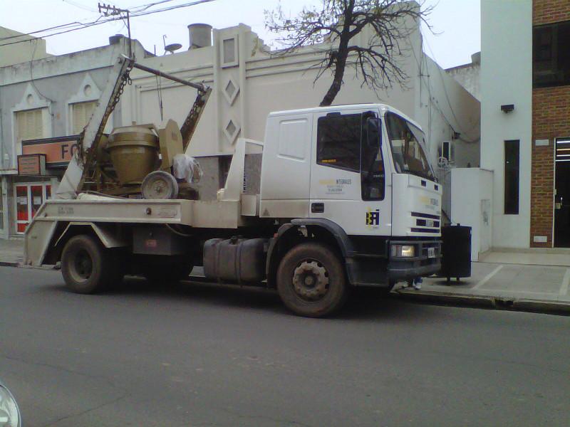 Camión con pluma portacontenedores